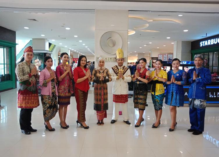 LAMPUNG POST | Hari Kartini, Karyawan MBK Berbusana Adat Daerah