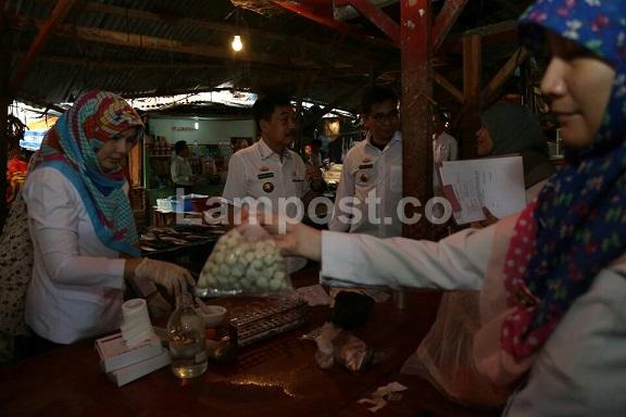 LAMPUNG POST   Bakso Ikan dan Anggur Berformalin Beredar di Pasar Smep
