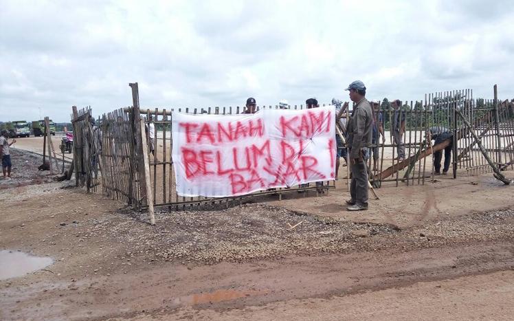 Puluhan Pemilik Lahan Blokir Akses Jalan Tol di STA 21+700