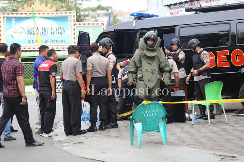 LAMPUNG POST   Gegana Sisir Tas Diduga Bom, Ternyata Isinya Baju dan Sarung