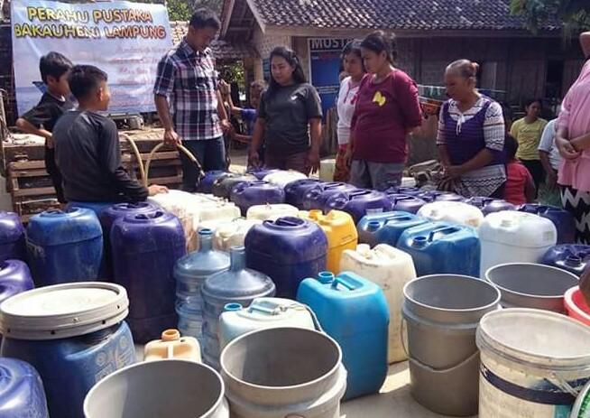 LAMPUNG POST | Penggiat Literasi Bantu Air Bersih Warga Dua Dusun di Bakauheni