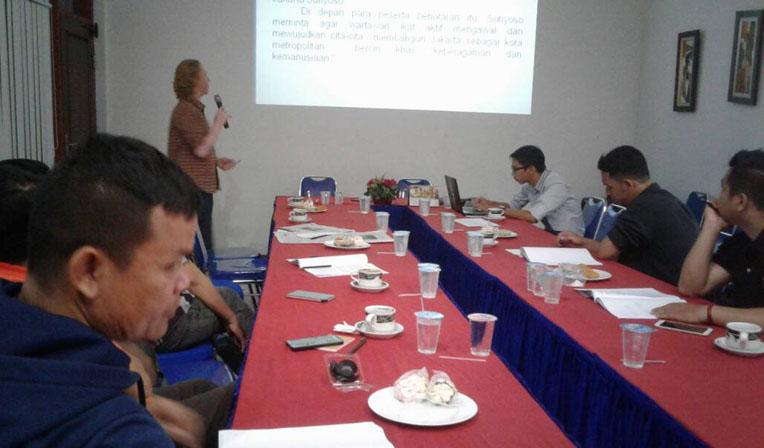 LAMPUNG POST | Hari Kedua, Peserta Kursus Jurnalistik Asik Diajarkan Menulis Feature