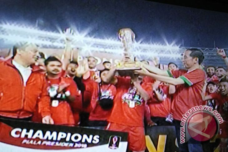 LAMPUNG POST   Jokowi Serahkan Piala Presiden Kepada Macan Kemayoran