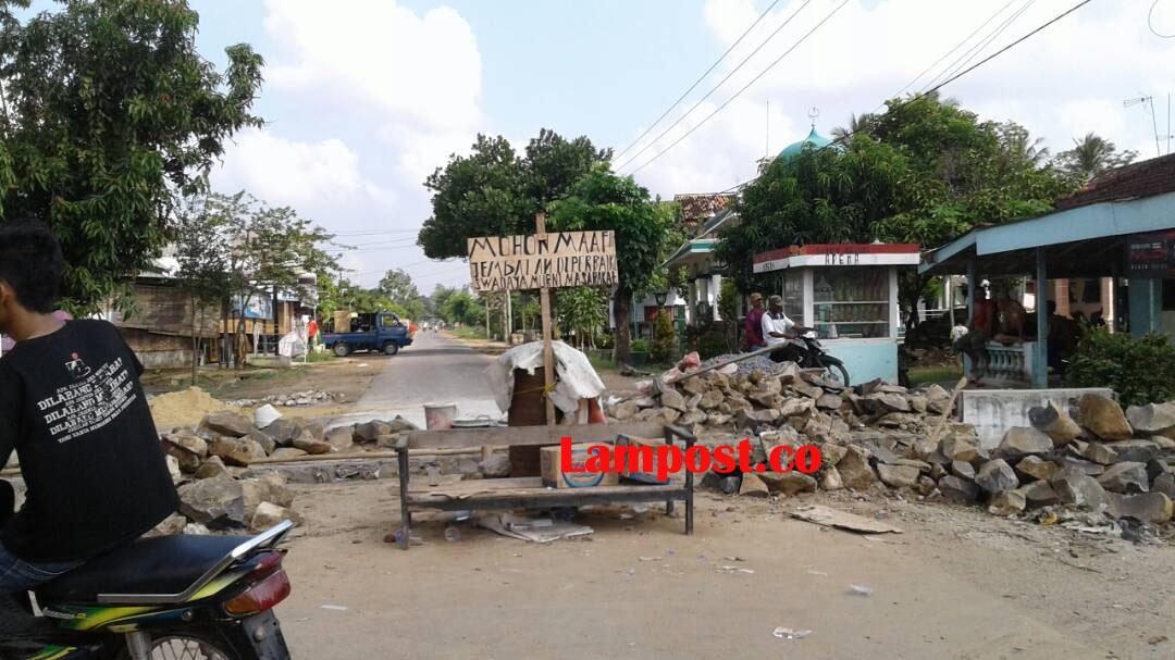 LAMPUNG POST | Warga Brajasakti Perbaiki Gorong-gorong Secara Swadaya
