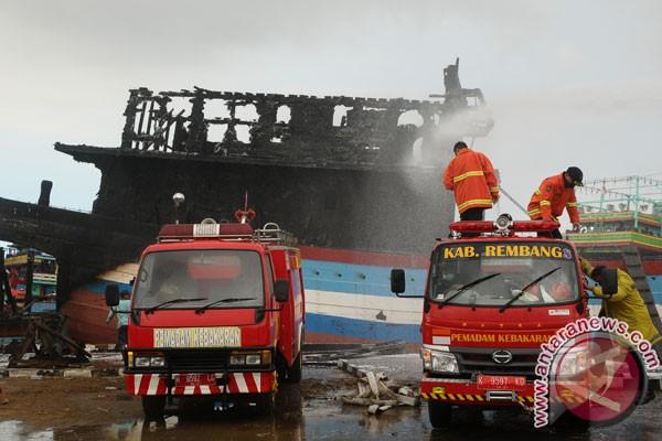 LAMPUNG POST | Api yang Membakar 16 Kapal di Pati Belum Padam, Kerugian Miliaran Rupiah