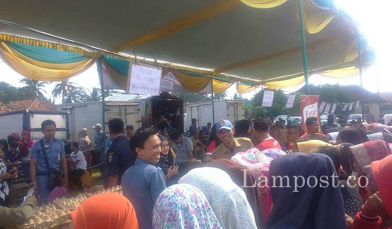 LAMPUNG POST | Warga Serbu Pasar Murah di Menggala
