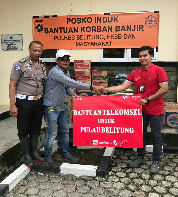 LAMPUNG POST | Layanan Berfungsi Normal, Telkomsel Serahkan Bantuan di Belitung
