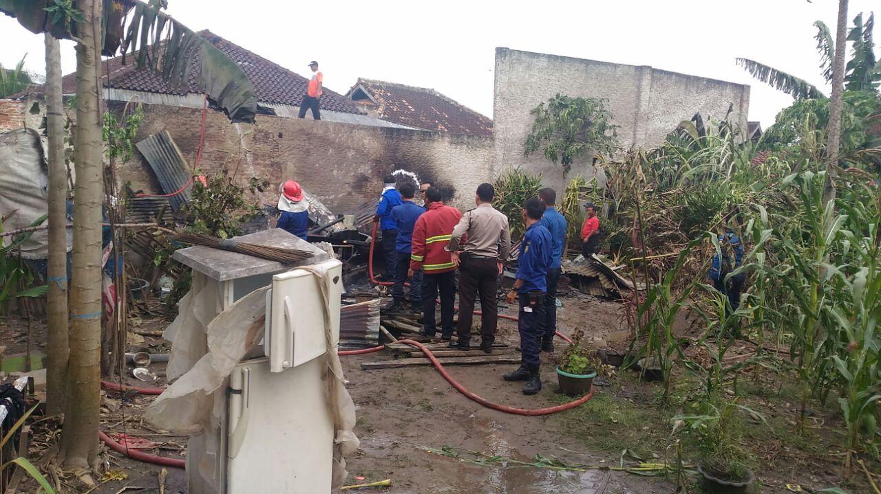 Rumah Semi Permanen Ludes Terbakar di Dekat KUA Sukabumi