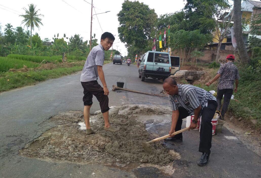 LAMPUNG POST | Meski Sumbang PAD, Aktivitas Tambak Rusak Infrastruktur di Pesawaran