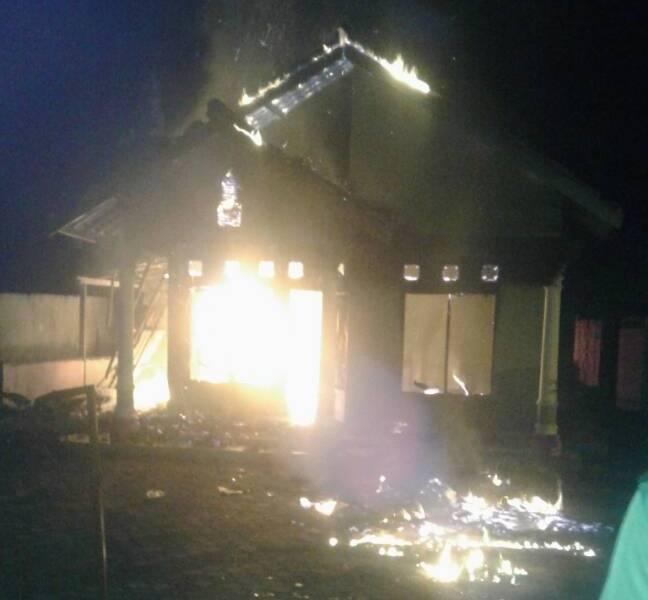 LAMPUNG POST | Ketua Apdesi Lamsel Minta Usut Pembakaran Rumah Kades Trimulyo