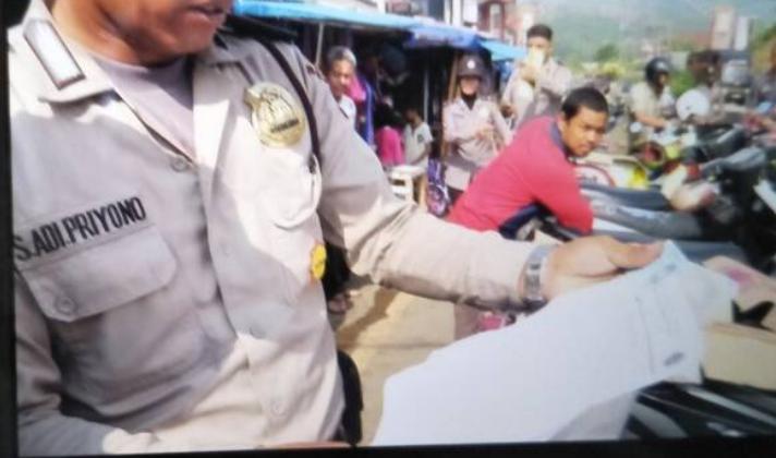 LAMPUNG POST   Polisi Temukan Bukti Setoran Parkir Liar di Pasar Bakauheni ke Petugas Dishub