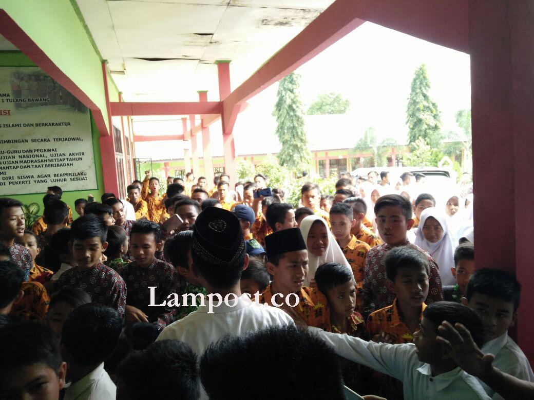 LAMPUNG POST | Guru Dipindah, Ratusan Siswa MTs Negeri I Tulangbawang Unjuk Rasa