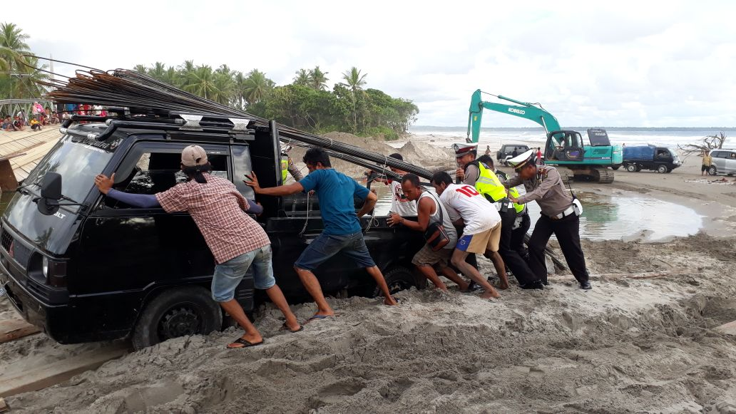 Banyak Kendaraan Terperosok, Polisi Lalu Lintas Ikut Bantu di Jalinpanbar