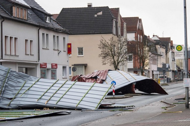 LAMPUNG POST | 9 Orang Tewas dalam Terjangan Badai di Eropa Utara