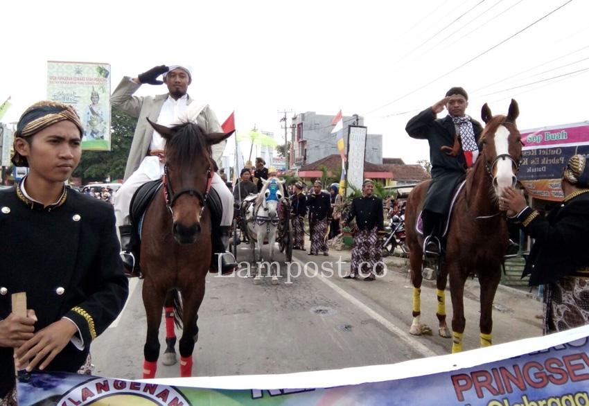 LAMPUNG POST   Warga Pringsewu Tumpah Ruah Saksikan Karnaval Budaya