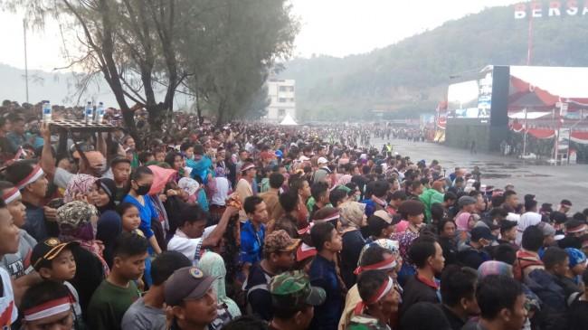 LAMPUNG POST | Antusias, Warga Membludak Saksikan Puncak HUT TNI ke-72