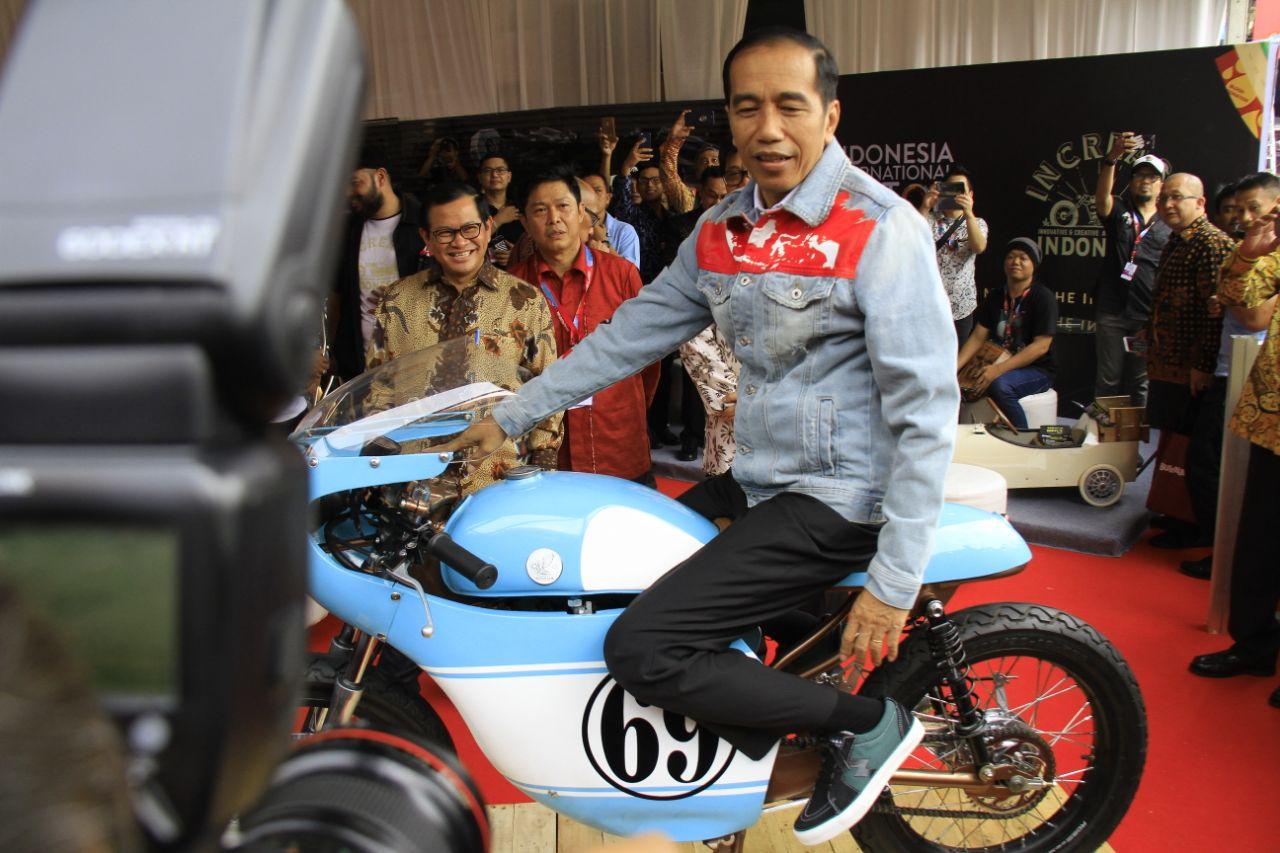 LAMPUNG POST | Buka IIMS 2018, Jokowi Berpose di Motor Putra Sulungnya