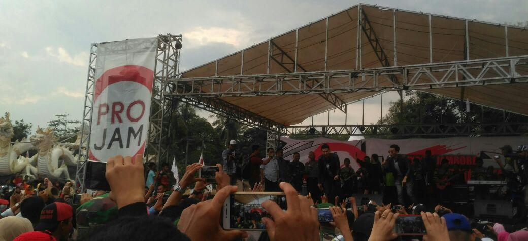 LAMPUNG POST | Semarak HUT TNI di Tugu Rato Hadirkan Artis Ibukota yang Menghibur Warga