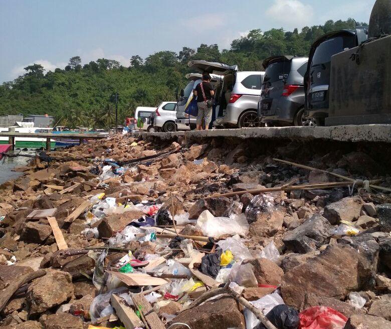 LAMPUNG POST | Dermaga Ketapang Banyak Sampah Berserakan dan Aksi Pungli
