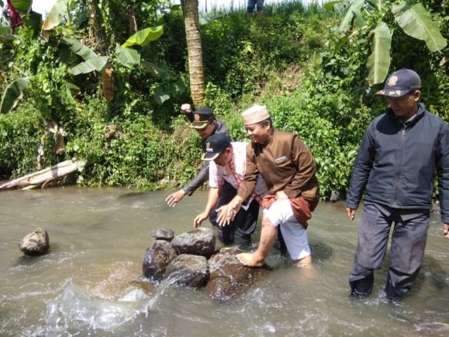 Memicu Beragam Pendapat, Batu Bidak Catur di Sungai Cibojong Sukabumi Dibongkar