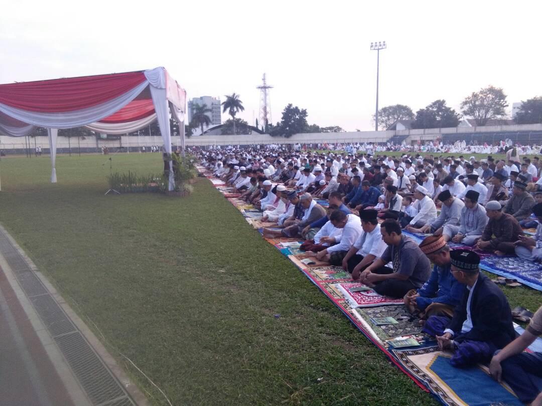 LAMPUNG POST | Salat Id, Ribuan Warga Padati Stadion Pahoman