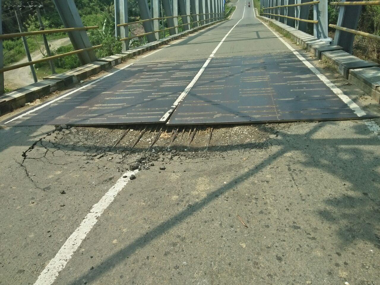 LAMPUNG POST | Jembatan Way Ngaras di Jalinbar Nyaris Jebol