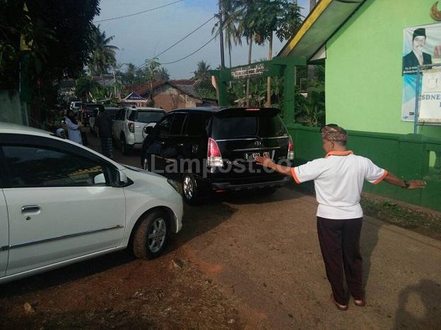 LAMPUNG POST | Umat Hindu Jaga Kendaraan Jemaah Salat Id di Labuhan Dalam
