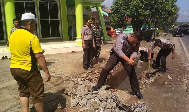 Kapolres Pesawaran Tinjau Kegiatan Bersih-bersih Masjid