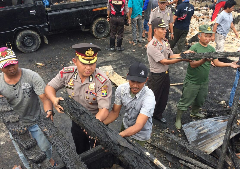 LAMPUNG POST | Tinjau Korban Kebakaran, Kapolres Ikut Bersihkan Puing