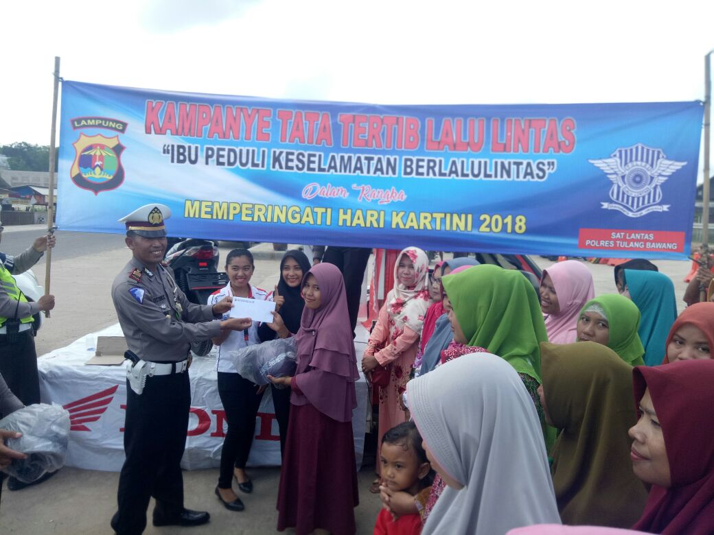 LAMPUNG POST | Peringati Hari Kartini, Satlantas Polres Tuba Berikan Helm Gratis