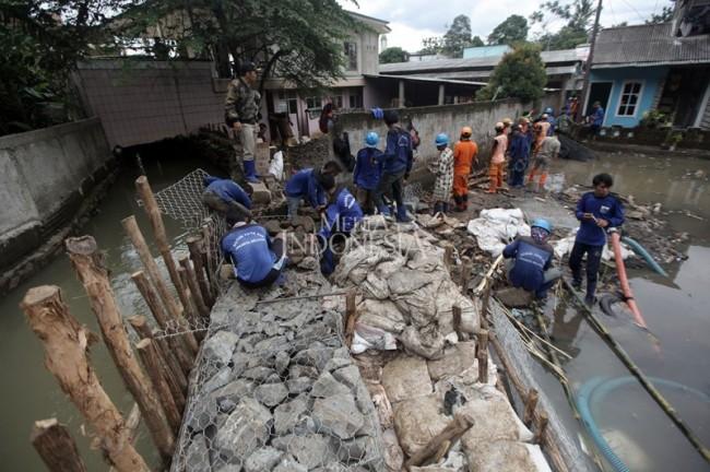LAMPUNG POST | Tanggul Kali Pulo Jebol, Warga Jati Padang Terendam Banjir