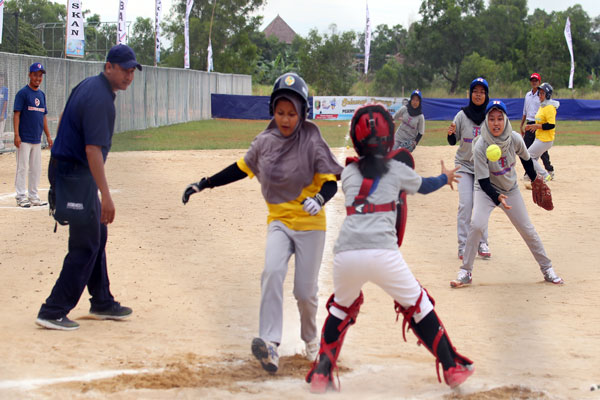 Tim Sofbol Putri Lampung Tengah Raih Kemenangan Perdana