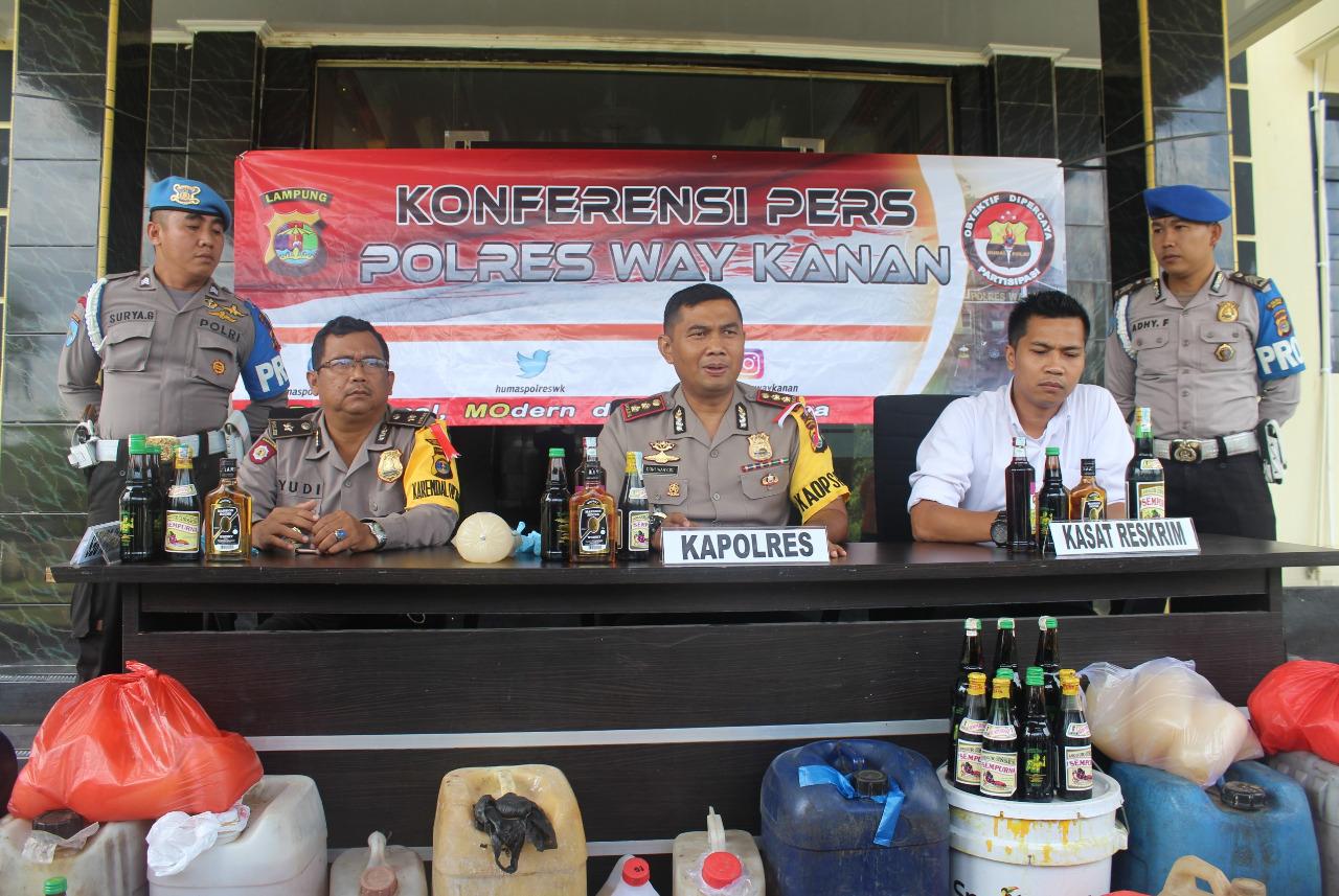 Ratusan Botol Minuman Keras Disita Jajaran Polres Way Kanan