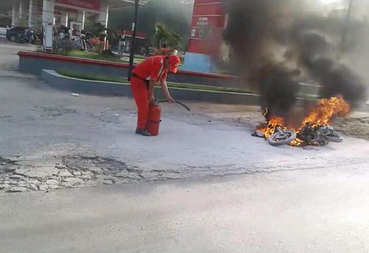 LAMPUNG POST | Usai Isi Bensin, Sepeda Motor Terbakar di SPBU Labuhan Ratu