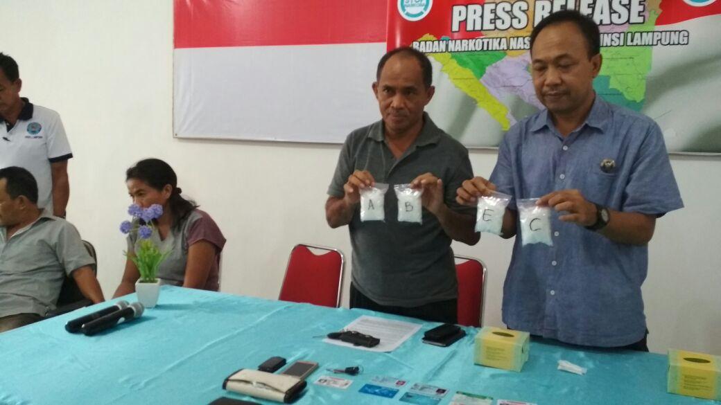 LAMPUNG POST | Dijanjikan Upah Rp10 Juta, Kurir Sabu Ditangkap di Stasiun Tanjungkarang