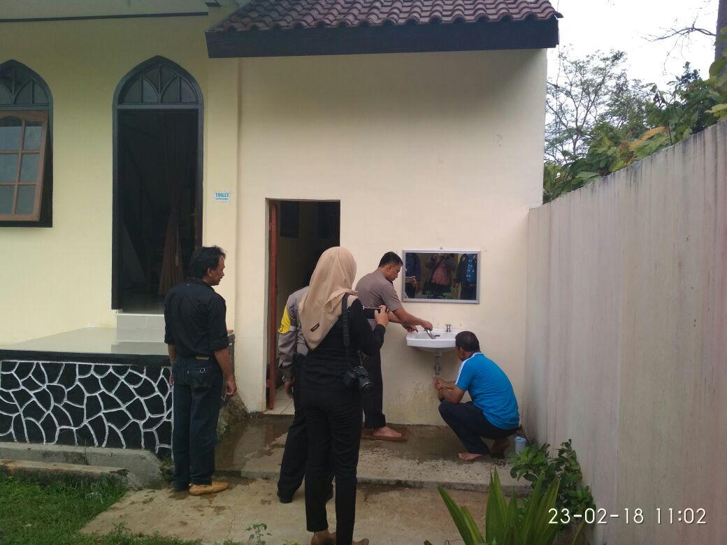 Polisi Peduli Rumah Ibadah Bersihkan Masjid dan Gereja