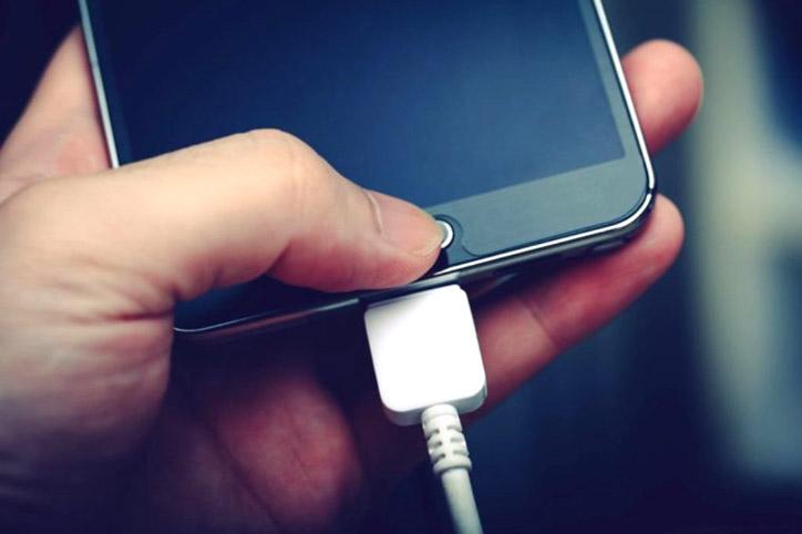 LAMPUNG POST | Awas, Ini Bahaya Nge-Charger Ponsel di Mobil