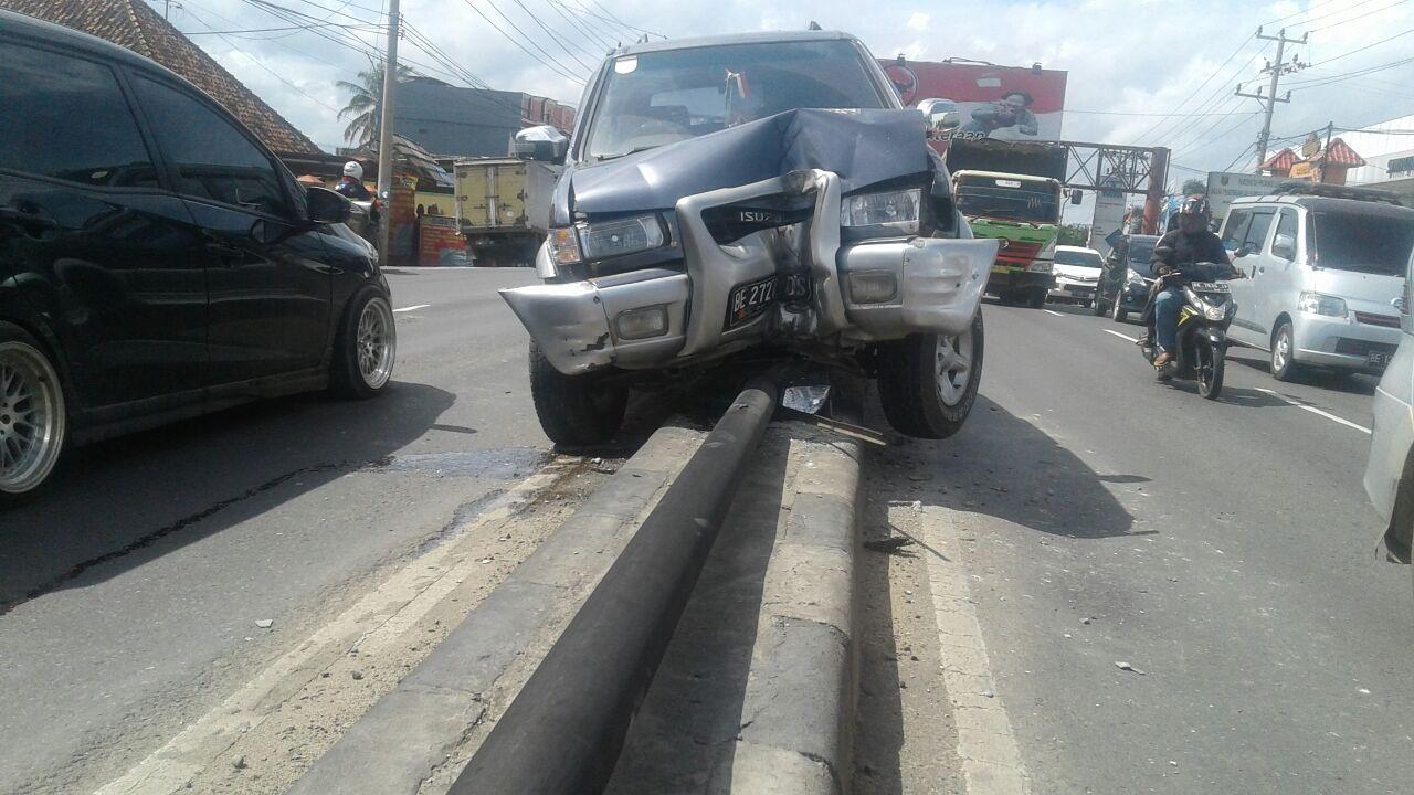 LAMPUNG POST | Diduga Sopir Mengantuk, Isuzu Tabrak Tiang Pembatas Jalan