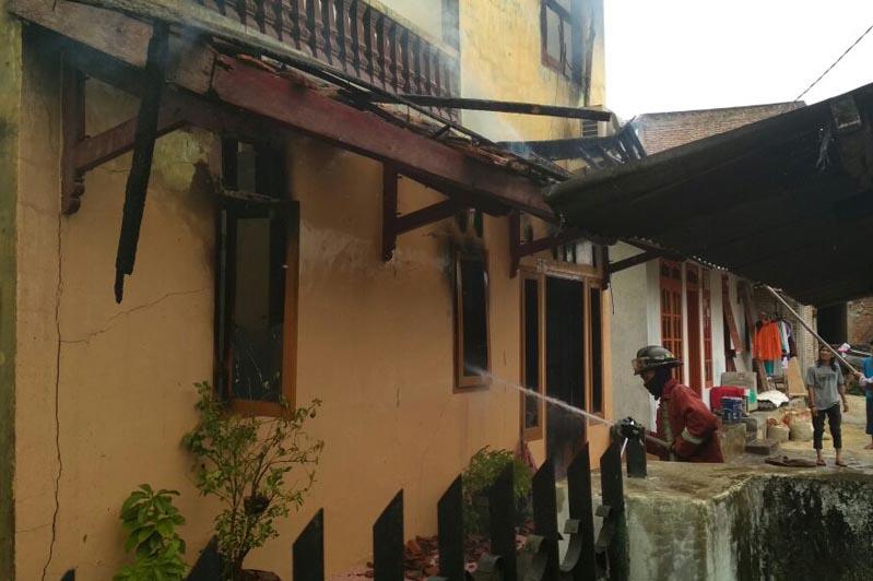 LAMPUNG POST   Kebakaran Ludeskan Rumah Dekat Kantor Pemprov