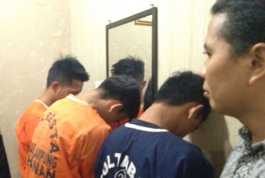 LAMPUNG POST | Pesta Sabu, Sopir Angkot dan Dua Rekannya Ditangkap Polisi