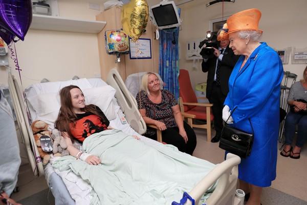 LAMPUNG POST | Ratu Elizabeth Jenguk Korban Bom Manchester