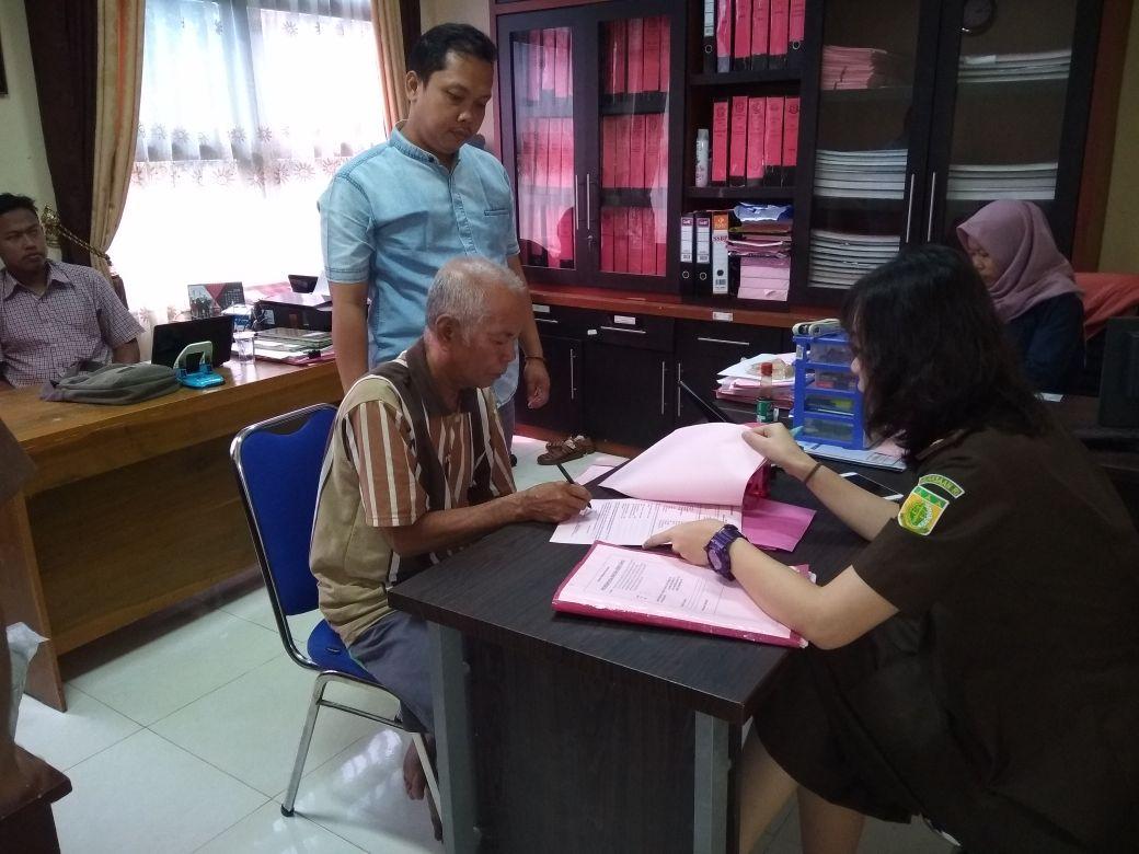 LAMPUNG POST | Berkas Tersangka Kakek Cabul Dilimpahkan ke Kejaksaan Pringsewu