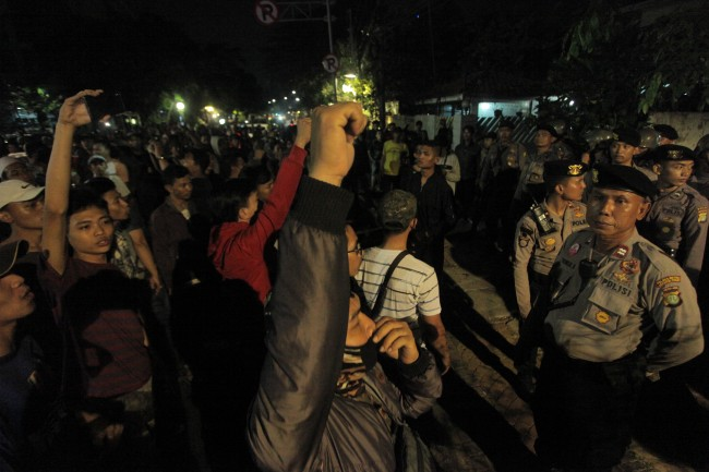 LAMPUNG POST | Polisi Pulangkan 22 Orang yang Ditangkap saat Ricuh di YLBHI