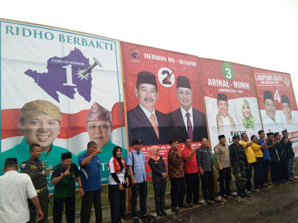 KPU Tulangbawang Pasang 20 Baliho Keempat Paslon di Sejumlah Titik