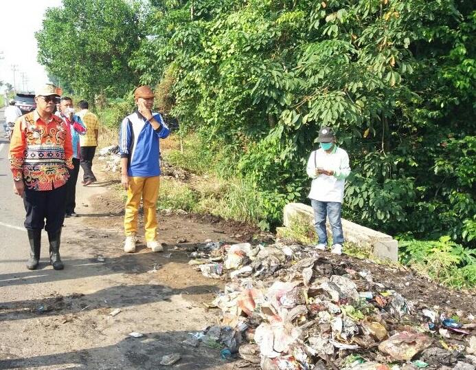 Loekman Pantau Langsung Pembersihan Sampah di Kampung Adijaya