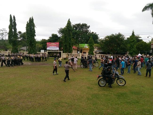 LAMPUNG POST | Ratusan Massa Sambangi Mapolres Way Kanan