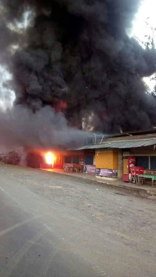 LAMPUNG POST | Sopir Truk BBM yang Terbakar Selamat, Api Ikut Membakar Warung