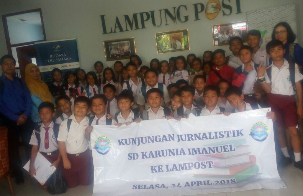 LAMPUNG POST | Siswa SD Karunia Imanuel Sukarame Kunjungi Lampung Post