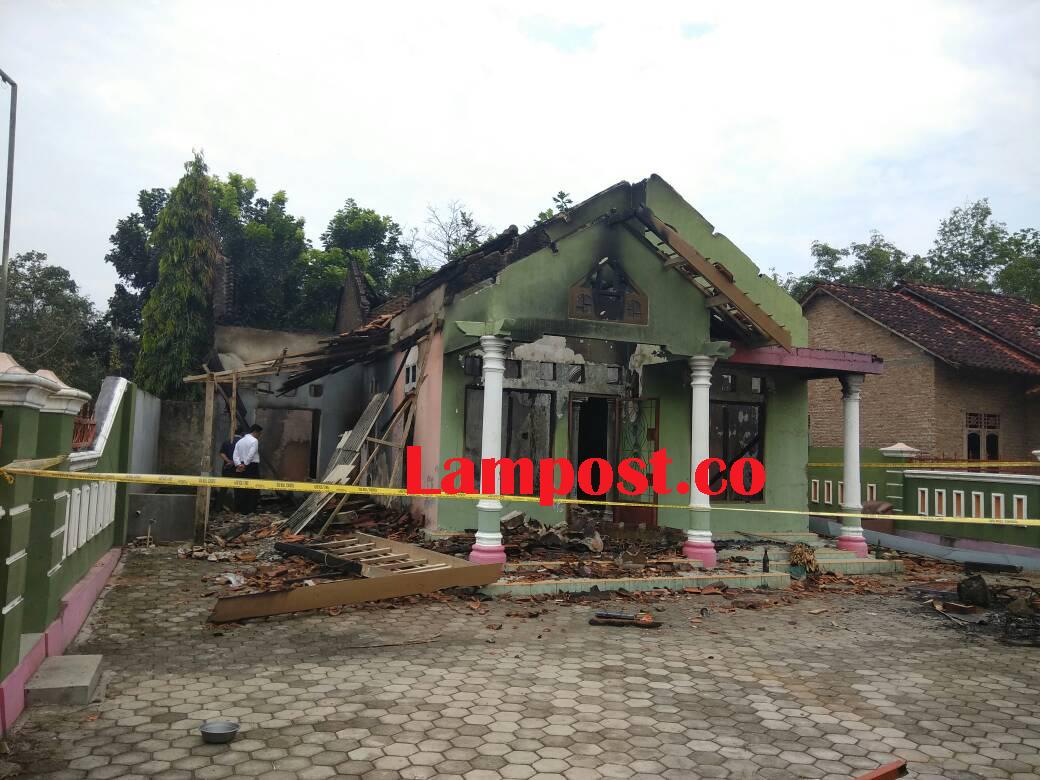 LAMPUNG POST | Tangkap Dalang Pembakaran Rumah Kades Trimulyo