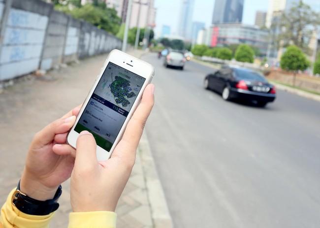 LAMPUNG POST | Penerapan Permenhub Taksi Online Dinilai Mandul